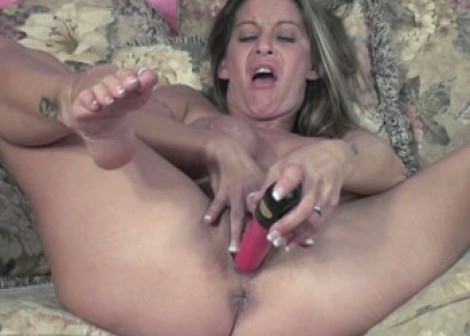 Leeanna Heart fucks her red dildo